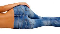 Frau in enger Jeans von hinten