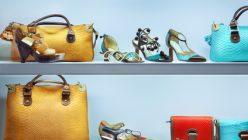 Store mit Taschen und Schuhen