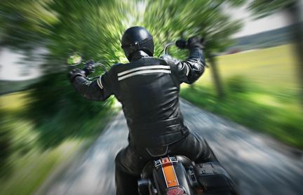 Ein Biker auf seinem Motorrad mit einem Bikeroutfit