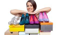 Frau mit Schuhkartons