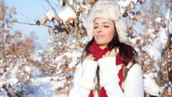 eine frau im mantel im winter
