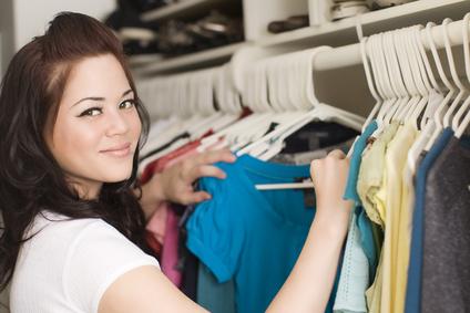 Frau sucht Klamotten aus