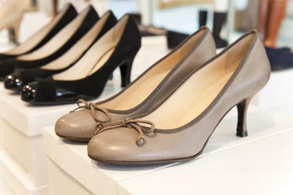 Der Artikel gibt Tipps für den Online-Kauf von Damen-Lederschuhen.