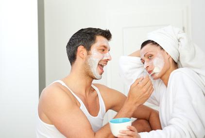 Ein Paar testet Pflegeprodukte für die Haut