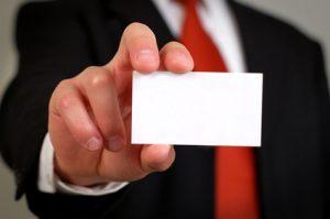 Businessmann mit Visitenkarte