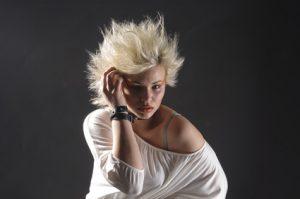 Junge Frau in einem oversized Pulli