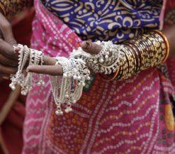 Eine indische Frau mit selbsgemachten Armbändern
