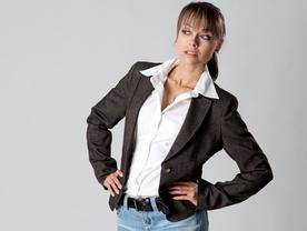 Eine junge Frau mit einem dunklen Blazer