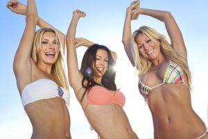 Drei schöne Frauen in Bikini