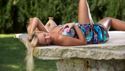 laszives Fotomodel im Sommerkleid