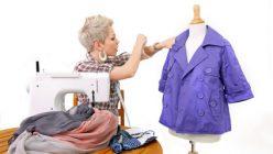 Junge Frau gestaltet ihre Kleidung selbst