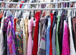 Diverse Kleidungsstuecke auf einer Kleiderstange