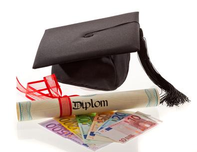 Dokturhut und davor ein Diplom und Euroscheine