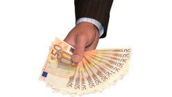 Eine Hand mit mehren 50€ Scheinen