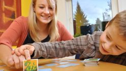 Mutter und Kind spielen Memory