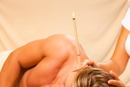 Ein Mann wird gegen seine Ohrenschmerzen behandelt