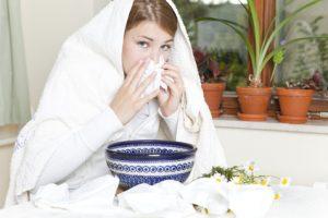 Erkältete Frau beim inhalieren