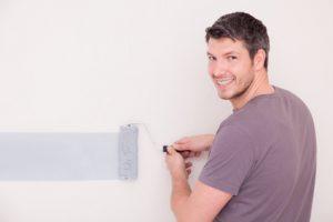 Ein Mann streicht seine Wand im Stil seines Sternzeichens