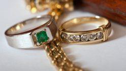goldene Kette und Ringe mit Diamanten