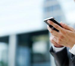 Mann mit Smartphone in der Hand