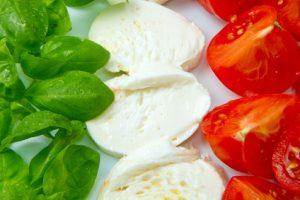 Die italienische Flagge in Basilikum, Mozarella und Tomaten