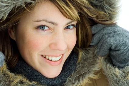Junge Frau in Winterkleidung lächelt