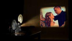 Filmprojektor zeigt eine romantische Szene