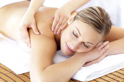 Frau entspannt bei Massage