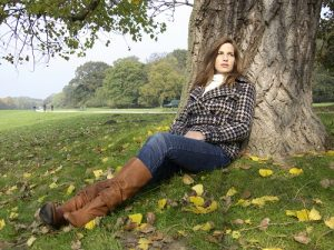 Frau sitzt unter einem Baum