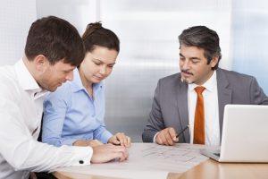 Versicherungsberater berät ein junges Paar