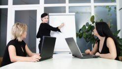 Mehrere Frauen bei der Arbeit
