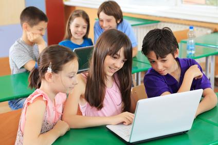 Schulkinder lernen mit einem Computer