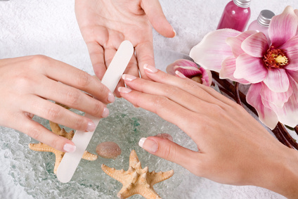 Weibliche Hand bekommt eine Maniküre