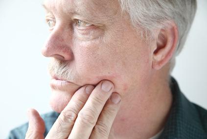 Älterer Mann mit Neurodermitis im Gesicht