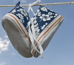 Schuhe an einer Wäscheleine
