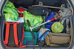 Verschiedene Gepäckstücke im Kofferaum