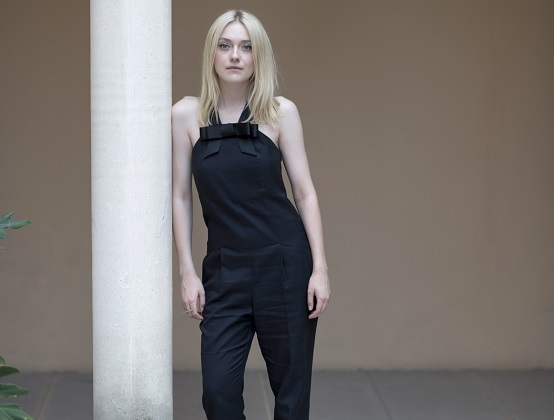 Model posiert in Jumpsuit