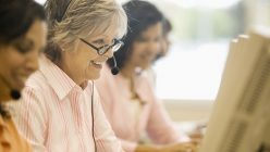 Frauen mit Headset bei der Arbeit am Computer
