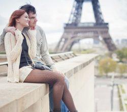 Paar in der Nähe des Eifelturms