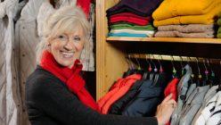 Ältere Dame in Modegeschäft