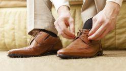Mann schnürt seine Schuhe