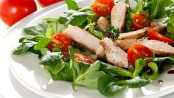 frischer Feldsalat mit Haehnchenbrust und Tomate