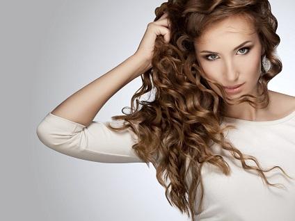 Frau mit lockigen, langen Haaren