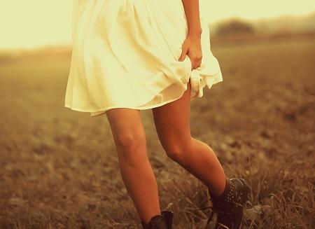 Frau im Kleid bei Sonnenuntergang