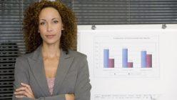 Geschäftsfrau vor Grafik
