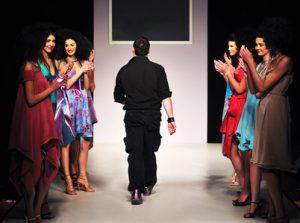 Modedesigner am Ende seiner Fashionshow