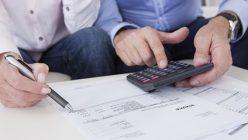 Paar bei Finanzplanung