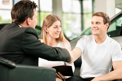 Handschlag zum Autokauf
