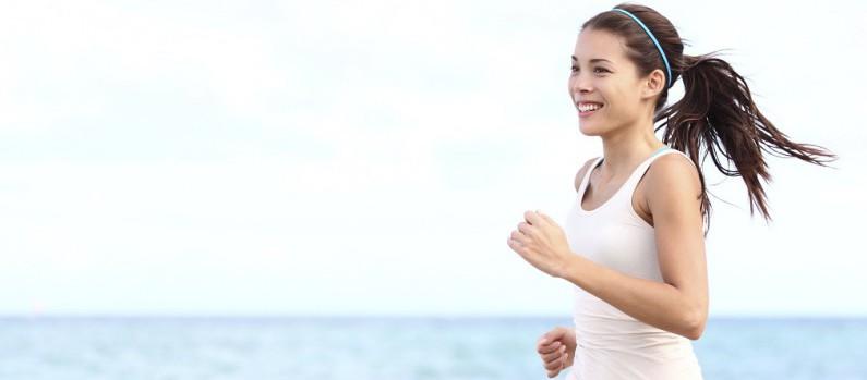 Frau joggt am Meer