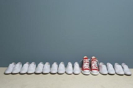Ein Paar Schuhe sticht hervor